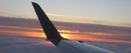 800px-Plane_wing_at_sunset - copia.jpg